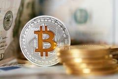 currencies Ciérrese encima de Bitcoin con efectivo real imagen de archivo