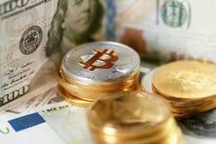 currencies Ciérrese encima de Bitcoin con efectivo real fotos de archivo