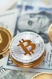 currencies Ciérrese encima de Bitcoin con efectivo real foto de archivo