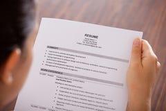 Curriculum vitae joven de la lectura de la empresaria foto de archivo libre de regalías