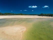 Currimundi sjö under lågvatten, vänlig strand för familj, Caloundr Royaltyfri Foto