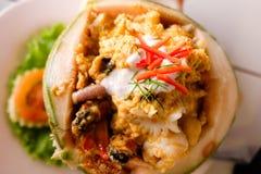 Curry ångad skaldjur i kokosnötkopp Arkivbild