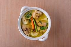 Curry caldo piccante di verde del pollo con la minestra del latte di cocco Fotografie Stock
