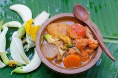 Curry caliente y amargo con la salsa, los pescados y las verduras del tamarindo fotos de archivo