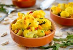 Curry de la coliflor con la calabaza, la paprika y el arugula Foto de archivo