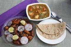 Curry de la patata Manchuria, del garbanzo y pan plano fotografía de archivo