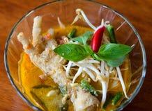 Curry de los pies del pollo con los tallarines Imagenes de archivo