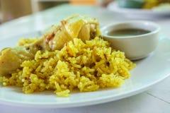Curry del arroz del pollo del biryani del pollo con el coco con las salsas picantes Foto de archivo