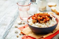 Curry del garbanzo de la berenjena y del tomate con arroz Fotografía de archivo libre de regalías