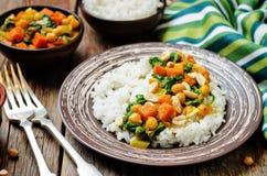 Curry del garbanzo de la espinaca de la patata dulce con arroz Imágenes de archivo libres de regalías