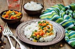 Curry del garbanzo de la espinaca de la patata dulce con arroz Imagen de archivo libre de regalías