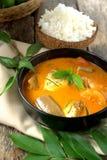 Curry del pesce in ciotola nera Fotografia Stock Libera da Diritti