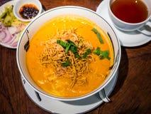 Curry del pollo con los tallarines curruscantes Imagen de archivo