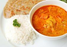 Curry del pollo con riso e il roti Immagine Stock