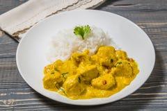 Curry del pollo con riso su un fondo scuro Immagini Stock