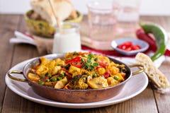 Curry del vegano con el queso de soja y las verduras fotos de archivo