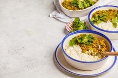 Curry della lenticchia con riso, cucina indiana, tarka dal, backgro bianco Immagini Stock Libere da Diritti