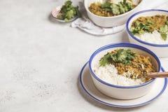 Curry della lenticchia con riso, cucina indiana, tarka dal, backgro bianco Fotografie Stock