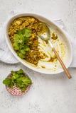 Curry della lenticchia in piatto bianco, cucina indiana, tarka dal, BAC bianco Immagini Stock