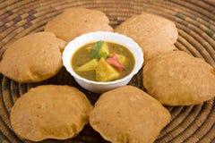 Curry di Masala della patata con Puri Fotografia Stock