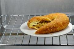 Curry di riempimento del pollo del pane in forno elettrico Immagini Stock Libere da Diritti