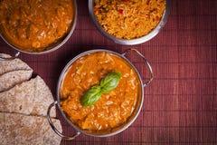 Curry di Tikka Masala del pollo sul fondo del rattan Immagini Stock