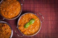 Curry di Tikka Masala del pollo sul fondo del rattan Immagine Stock