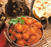 Curry Dum Aloo mit naan Stockbild