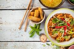 Curry e gamberetti asiatici del pollo con i pezzi dei sushi e del riso Immagini Stock