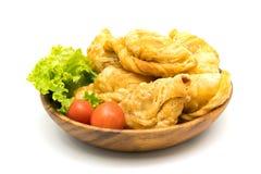 Curry'ego chuchy, pomidory i sałata w drewnianym pucharze, Obraz Stock