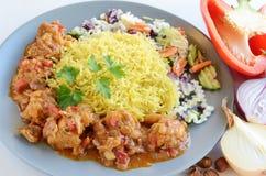 Curry'ego kurczak z ryżowymi i świeżymi warzywami Obrazy Stock