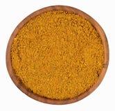 Curry'ego proszek w drewnianym pucharze na bielu Zdjęcie Royalty Free