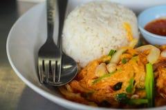 Curry'ego proszka smażąca garnela, kałamarnica ryż/ Fotografia Royalty Free