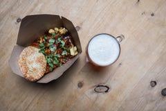 Curry en las patatas fritas con una cerveza foto de archivo libre de regalías