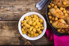 Curry för fega trumpinnar med kikärtar Arkivbilder