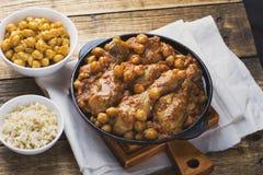 Curry för fega trumpinnar med kikärtar och råriers Royaltyfria Bilder
