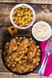 Curry för fega trumpinnar med kikärtar och råriers Royaltyfria Foton