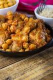 Curry för fega trumpinnar med kikärtar och råriers Arkivfoto