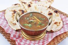 Curry för getkött med naan Arkivfoton