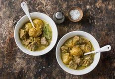 Curry för nötköttpotatismassaman på träbakgrund, bästa sikt Komfort läcker mat royaltyfria foton