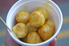 Curry fish balls at an Asian Chinese food market Royalty Free Stock Images