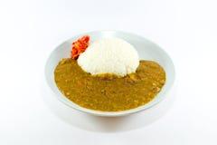 Curry giapponese del riso con il 'chi' di Kim su fondo bianco Fotografia Stock Libera da Diritti