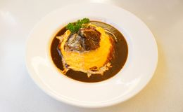 Curry giapponese del riso con l'omelette ed il manzo Fotografia Stock