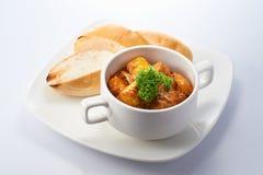 Curry-Huhn mit Brot Stockbild