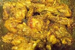 Curry indio caliente del pollo que fuma que es hecho Imágenes de archivo libres de regalías