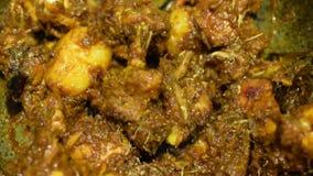 Curry indio caliente del pollo que fuma que es hecho almacen de metraje de vídeo