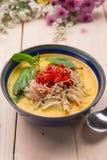 Curry indio del pollo de la mantequilla con las hojas de la albahaca Fotografía de archivo libre de regalías