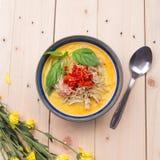 Curry indio del pollo de la mantequilla con las hojas de la albahaca Imagen de archivo