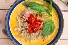 Curry indio del pollo de la mantequilla con las hojas de la albahaca Fotografía de archivo