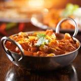 Curry indio del vindaloo del pollo en plato del balti imagen de archivo libre de regalías